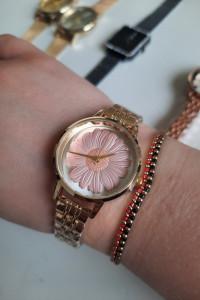 Zegarek analogowy biała tarcza różowa stokrotka bransoleta kolor złoty