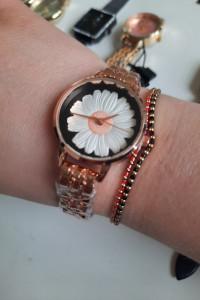 Zegarek analogowy czarna tarcza biała stokrotka bransoleta kolor złoty