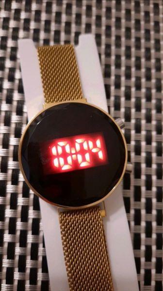 Zegarki Zegarek LED okragła szlifowana tarcza magnetyczna bransoleta kolor złoty