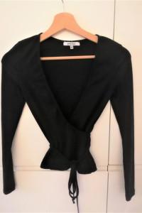 Czarny sweterek kopertowy Chiquelle...