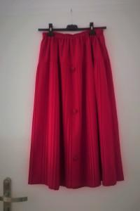 Malinowa plisowana spódnica z guzikami...