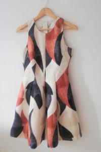 Piękna wzorzysta suknia o rozkloszowanym kroju...