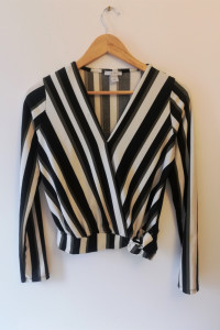 Stylowa bluzka w paski o kopertowym kroju Amisu...