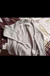 Sweterek z rozcięciami na ramionach