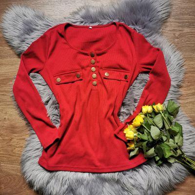 Swetry czerwony sweterek ze złotymi guzikami