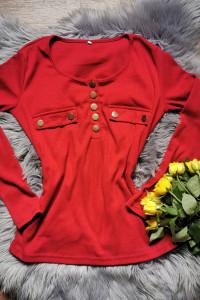 czerwony sweterek ze złotymi guzikami