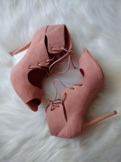 Sandały Pudrowo różowe wiązane sandałki VICES