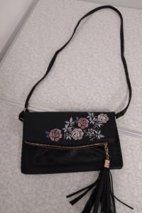 Czarna torebka z tworzywa z haftem na przodzie...