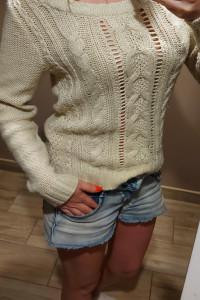 Kremowy sweterek Atmosphere sm