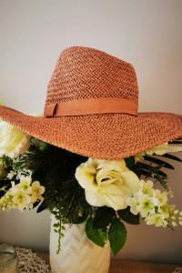 Letni kapelusz pudrowy róż
