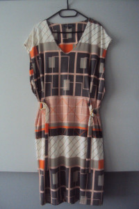 elegancka sukienka we wzorki...