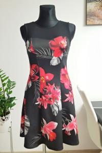 czarna sukienka w kwiaty z szyfonem...