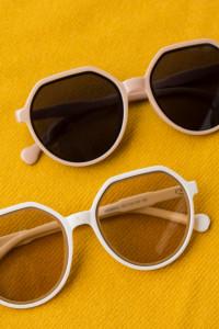 Przeciwsłoneczne okulary z dużą ramą...