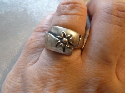 Pierścionki pierścionek srebrny zruchomym kwiatuszkiem
