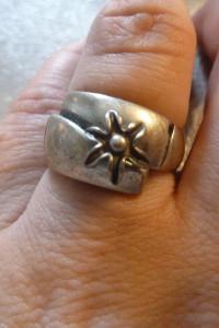pierścionek srebrny zruchomym kwiatuszkiem