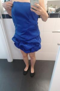 Niebieska krótka sukienka typu bombka...