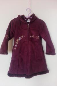 Fioletowy trapezowy kożuszek z haftem 116 122 cm...