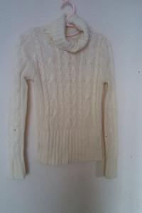 H&M Beżowy sweterek z golfem 38...