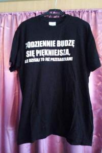 Czarny T shirt z białym napisem...
