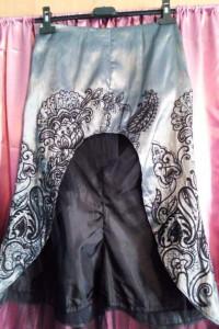 Elegancka lśniąca długa spódnica w piękne wzory...