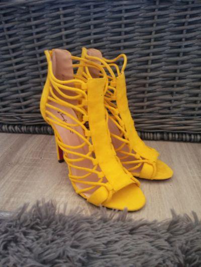 Szpilki Żółte sandałki na szpilce gladiatorki 37