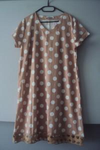trapezowa sukienka w grochy...
