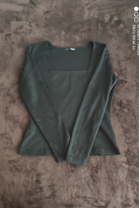 Czarna bluzka z kwadratowym dekoltem...
