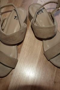 Beżowe sandałki 38