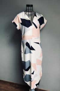 Francuska Sukienka w Asymetryczne Wzory...