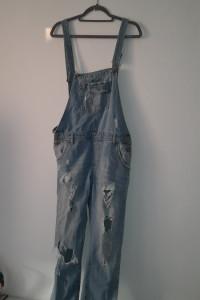 Jasnoniebieskie jeansowe ogrodniczki z dziurami 36 38...