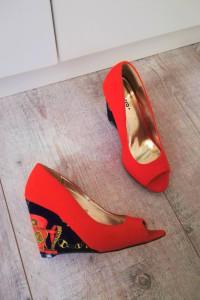 Neonowe buty na koturnie Centro wzór must have