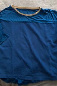 niebieska bluzka z krótkim rękawkiem...