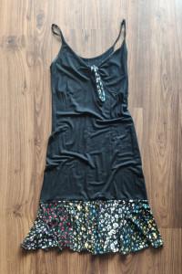 Czarna sukienka z delikatną kwiatową falbaną rozm 36...