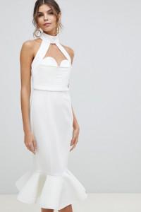 Sukienka biała odkryte plecy złote łańcuszki z falbanką