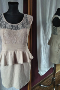 Elegancka sukienka z baskinką i koronką baskinka koronka L