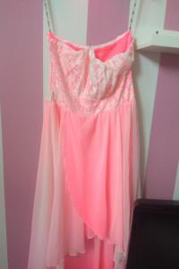 Sukienka na wesele asymetryczna neonowa różowa z gorsetem koronką tiulem M L
