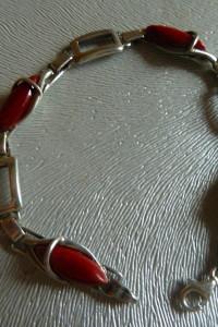 bransoletka srebrna z czerwonymi kamieniami...