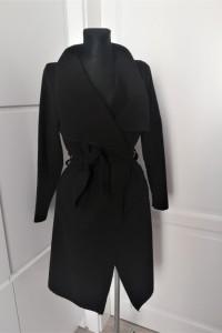 Czarny klasyczny płaszcz na jesień z paskiem...