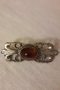 Bursztyn w srebrnej ozdobnej oprawie brosza...