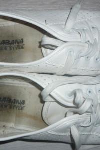 białe tenisówki...