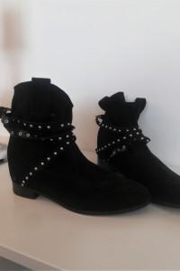 Czarne botki z ćwiekami za kostkę H&M...