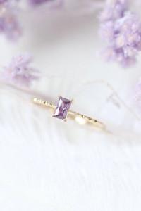 Nowy pierścionek skromny drobny złoty kolor fioletowa cyrkonia