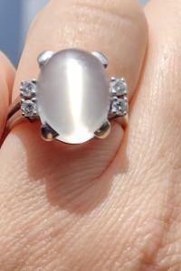 Pierścionek z bialego złota z brylantami i kamieniem księzycowym