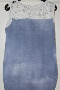 Letnia niebieska sukienka na co dzień bez rękawów stylizowana na dżins biała koronka rozmiar M