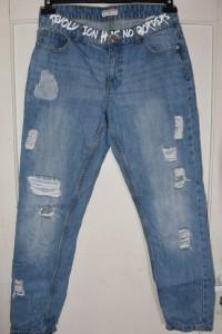 Bawełniane spodnie jeansy dżinsy typu boyfriend białe napisy dz...