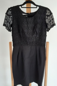 Czarna sukienka z elementami koronkowymi...