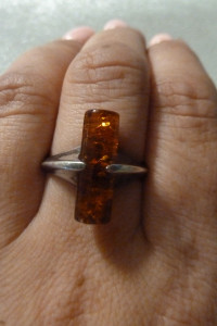 pierścionek srebrny z bursztynem baryłka