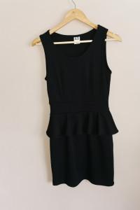 Czarna sukienka z baskinka...