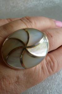 ogromny srebrny pierścionek z masą perłową...
