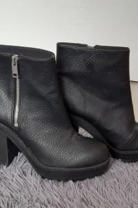 H&M Czarne wysokie botki na słupku 39